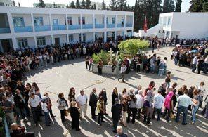 Tunisians waiting in line to vote (Amine Landoulsi / AP)