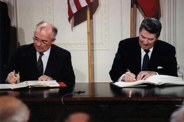 Ronald Reagan and Mikhail Gorbachev signing the INF Treaty in 1987. (Photo: National Archives and Records Administration / Wikimedia)