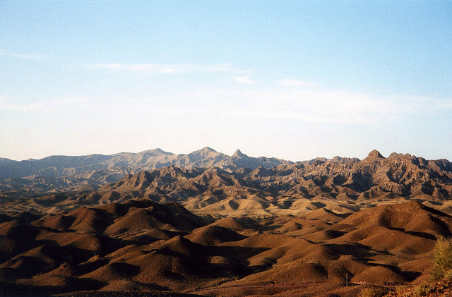 an is surrounded with natural defenses from invaders, such as the Dasht-e Kavir desert region pictured. (Photo: Jeanne Menj / Flickr Commons)