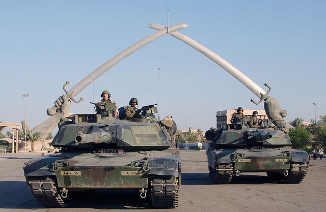 U.S. soldiers at the Hands of Victory monument in Baghdad, 2003. (Photo: Wikipedia)